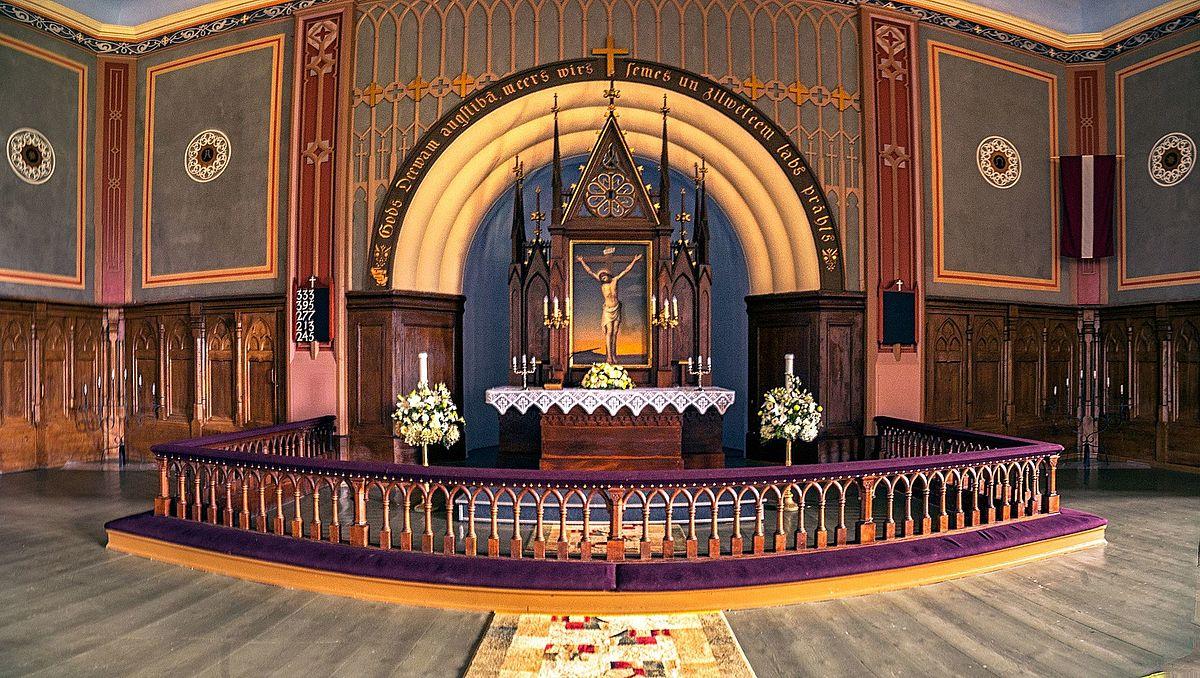 Altar_of_Lutheran_church_in_Jaunpiebalga